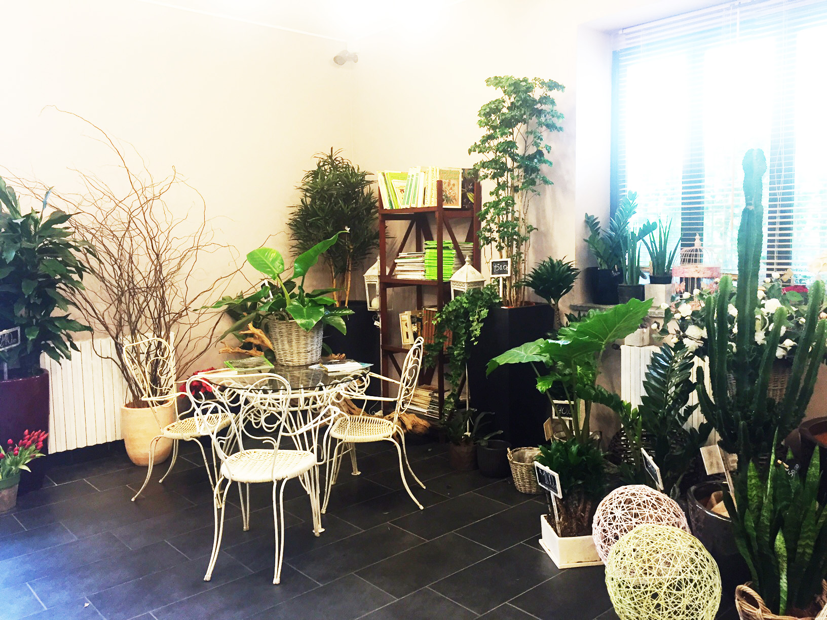 Fiorditortona Corner - Negozio, Showroom di 12mq in via Tortona 31 | location disallestita 1